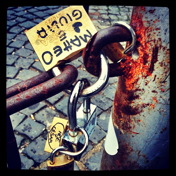 Love padlocks are trying to return... #optimists #pontemilvio #love #padlock