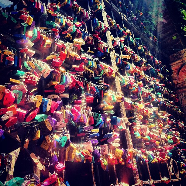#lovelocks #lovelocks #everywhere #hi #verona #juliet #romeo #rainbow #colored