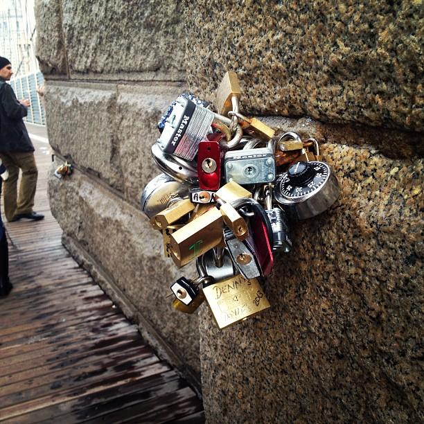 Make love locks in NYC ❤ #makelovelocks #nyc #newyorkcity #brooklynbridge #dreamscometrue #love #live #laugh #picture #locks #amazing #america #usa #travel #instatravel #manhattan ❤ </p> <span class=