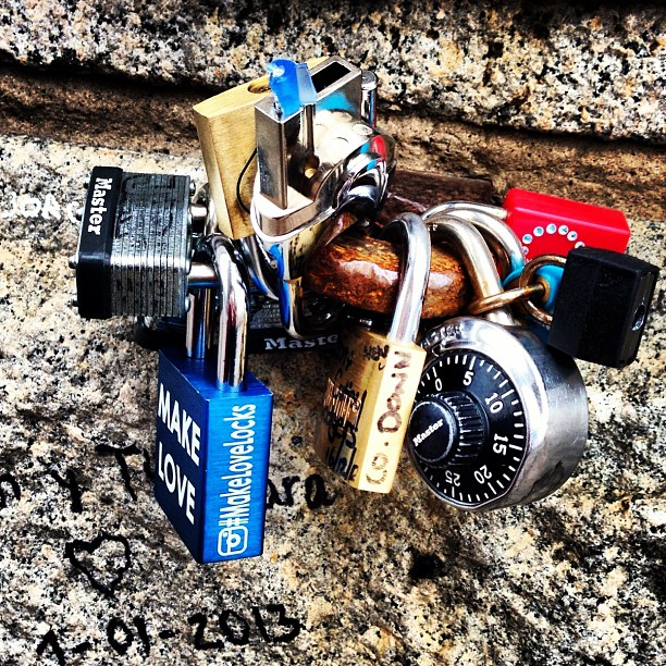 #padlocks #brooklyn #bridge #brooklynbridge #nyc #newyorkcity #amazing #fabidea #natasha  #tom #holiday #walk #cute #thoughtful #memories #photo #love #makelove