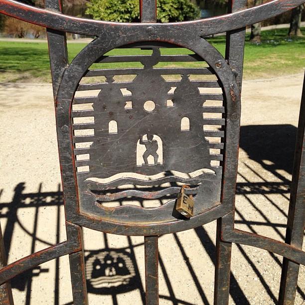 Gate and its shadow #gate #shadow #ørstedsparken #jarmersplads #lock #lovelocks #detretårne #københavn #københavnskommune #teknikogmiljøforvaltningen