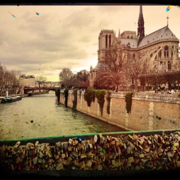 Tok meg tid til et lite bilde å vei til #forelesning:) #notreDame de #Paris . #cadenas d'#amour
