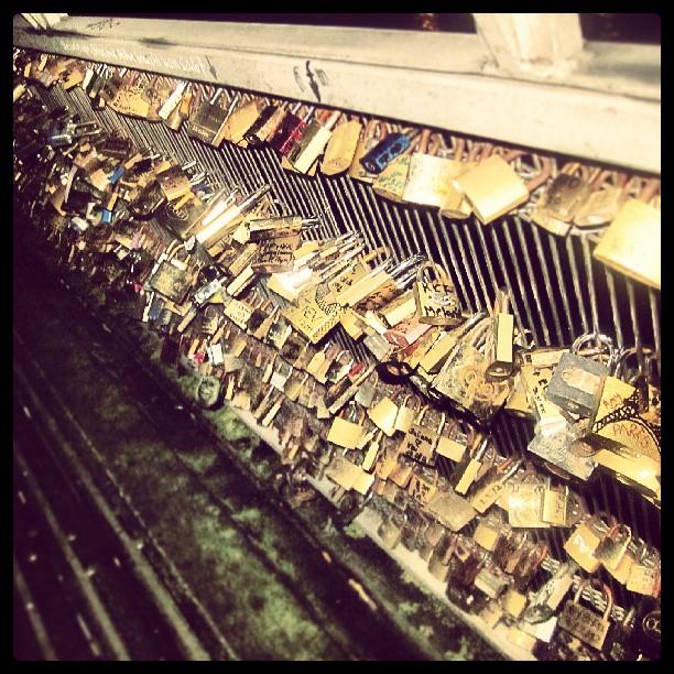 #pont #de #art in #Paris #cityoflove #lock #schloss #brücke #stadtderliebe #verliebte #inlove #eiffelturm #toureiffel #voyage #travel #vacation #reise #Urlaub #Ferien #holiday #reihe #row
