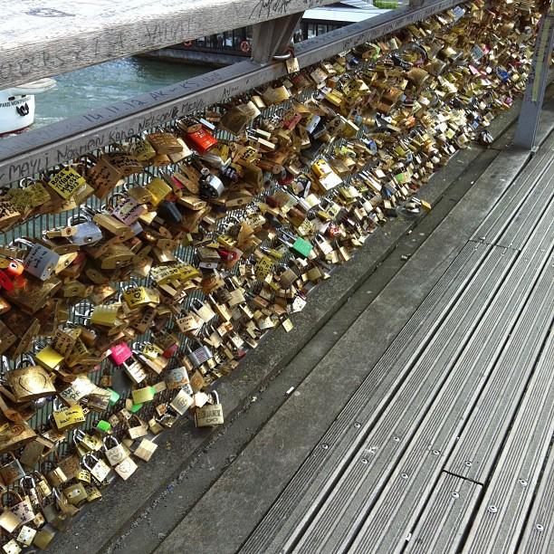 And ohmygosh I found the love lock bridge!!!! @elliethemunchkin @heythereellie30 @elenclarke #lovelocks #paris #cute #love #france #locks #nofilter #passerelledolferino #bridge #pontdearts