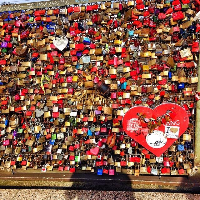 Spreading #love and good vibes on the #Hohenzollern bridge in #Köln. #lovelocks