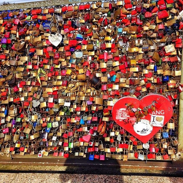 Spreading #love and good vibes on the #Hohenzollern bridge in #Köln. #lovelocks